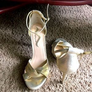 Nina Pre-owned Gold Strapped Sandals Size 9.5